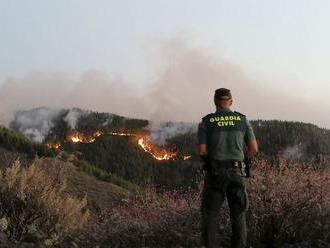 Video: Na Kanárskych ostrovoch už evakuovali tisíce ľudí, lesný požiar hasia aj lietadlá