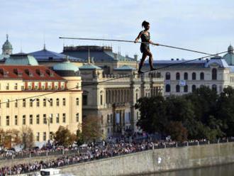 Provazochodkyně zvládla přechod přes Vltavu na Letnou