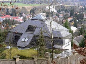 Někdejší Krejčířovu vilu v Černošicích zasáhl v noci požár