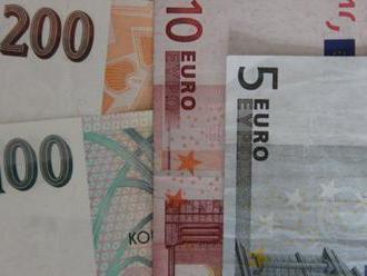 Koruna mírně oslabila k euru a zpevnila k dolaru, burza rostla