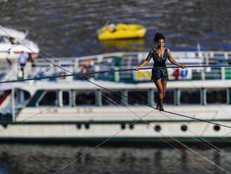 Francouzská provazochodkyně překonala Vltavu. Předvedla kotrmelec, na laně i visela za chodidla | Ku