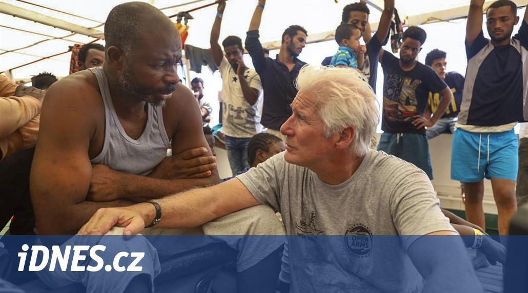Richard Gere navštívil loď se 121 africkými migranty u Lampedusy