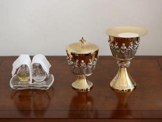 Predmety, ktoré posvätil pápež František, vystavili po omši na hrade