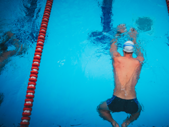 Plávanie je zdravé? Ide o mýtus. Je to neprirodzený pohyb, plavci kráčajú ako žaby, hovorí odborník
