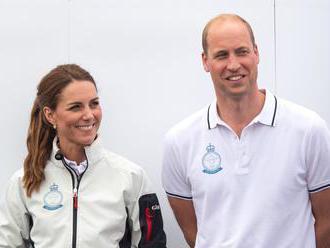 William a Kate letěli na dovolenou běžnou aerolinkou, za letenky dali 10 tisíc korun