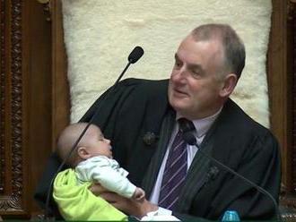 Předseda novozélandského parlamentu při schůzi napájel dítě. Video se stalo hitem