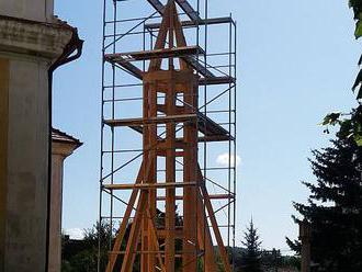 Nová kostelní věž musí přes zimu vyschnout