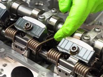 Technik rozebral motor BMW pro novou Toyotu a ukázal, co se skrývá v jeho nitru