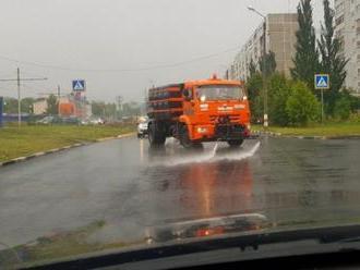 Politik se pokusil vysvětlit, proč v Moskvě auta kropí silnice i za deště