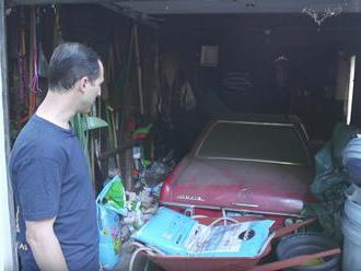 Profíci vytáhli z garáže 37 let opuštěné auto a pokusili se mu vrátit původní lesk