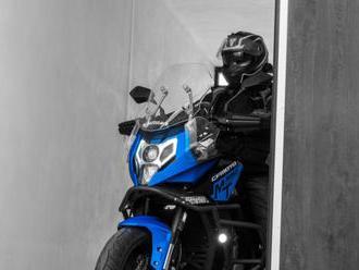Garážová vrata LOMAX nabízí komfortní ovládání pro motorkáře