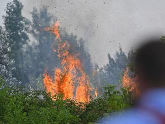 V obci Zlatno horí porast, s plameňmi bojuje viac ako 30 hasičov