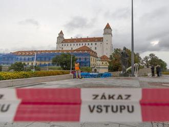 Pred budovou parlamentu vztýčili stožiar, vlajka na ňom zaveje 1. septembra