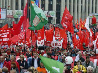 V Moskve protestovali komunisti aj stúpenci opozície