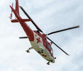 Vážna nehoda pri Dúbrave: Mladíka   ratovali leteckí záchranári, našli ho v bezvedomí