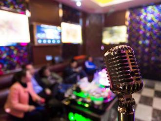 Muž na karaoke spieval tak dlho, až mu praskli pľúca