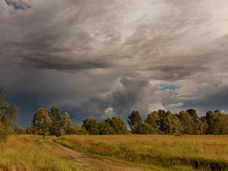 SHMÚ: Búrky budú pokračovať aj v pondelok, hrozia tiež prívalové povodne