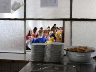 Obedy zadarmo pre deti v hmotnej núdzi budú drahšie, ak samospráva nezohľadní situáciu rodín