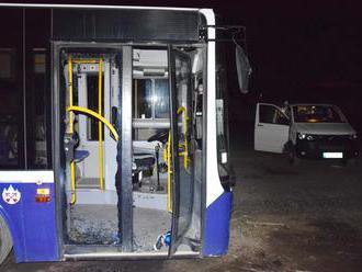 Foto: Vandal vyčíňal na parkovisku v Poprade, na autobusoch vylámal pánty a rozbil okná aj dvere