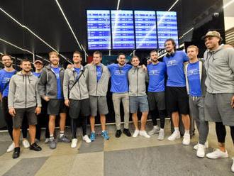 Na basketbalisty na letišti čekaly desítky fanoušků