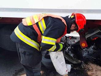 Na 182.kilometru dálnice D1 zasahovali hasiči unehody dodávky a nákladního vozidla. Dvěosoby…