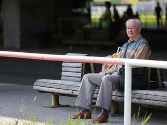 Dôchodcovia bývajúci v zahraničí musia potvrdiť, že žijú