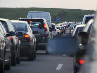 Diaľničný výjazd z Bratislavy blokuje kolóna, Pezinskú Babu nehoda