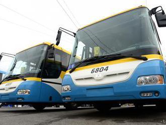 Medzi autobusom košickej MHD a stĺpom zostala zakliesnená žena