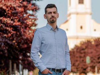Szarral kenték be Bicske momentumos polgármesterjelöltjének kocsiját