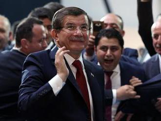 Expremiér Davutoglu vystúpil z Erdoganovej vládnucej strany AKP