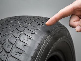 Je čas na kúpu nových pneumatík? Skontrolujte predovšetkým dezén aviditeľné trhliny!