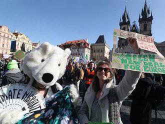 Reportáž: 'Do školy, bl*ci.' Průvod Prahou za klima přitáhl studenty i rodiče, nechyběli ani odpůrci