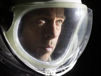 Recenze: Brad Pitt v hypnotickém sci-fi Ad Astra mluví o emocích bez emocí