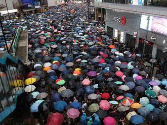 Demonštranti v Hongkongu pošliapali čínsku zástavu
