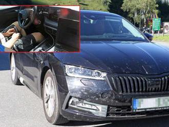 Nová Škoda Octavia odhodila část kamufláže, nafotili ji zvenčí i zevnitř
