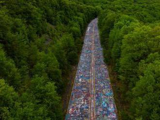 Hořící zem pod opuštěnou dálnicí změnila její asfalt v největší umělecké plátno
