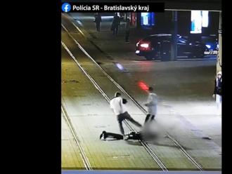 Ďalšia bitka na Obchodnej ulici v Bratislave. Kamera zachytila útočníka