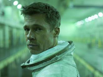 Filmové premiéry: Prichádza Brad Pitt z vesmíru aj kruté Pomaľované vtáča