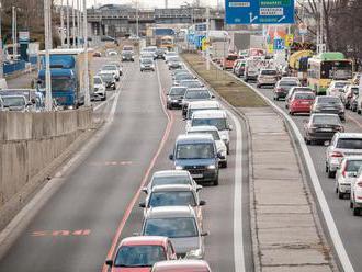 Vodiči v Bratislave hlásia na viacerých úsekoch kolóny aj s hodinovým zdržaním