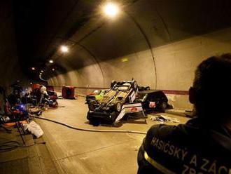 V tuneli Sitina sa prevrátilo auto, je úplne neprejazdný