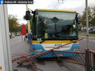 Autobus sa samovoľne spustil z kopca, pri stĺpe zakliesnil ženu