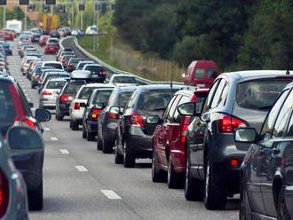 Vodiči, obrňte sa trpezlivosťou: V Bratislave úradujú kolóny, pri Zlatých pieskoch je nehoda