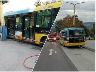 PRÁVE TERAZ v Košiciach: FOTO Autobus bez vodiča sa valil dole kopcom, ľudia vyskakovali za jazdy!