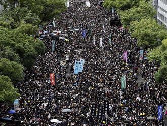 Policajti v Hongkongu sa obhajovali: Príčinou bolo nasadenie munície voči demonštrantom