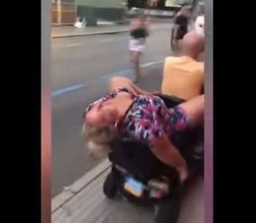 VIDEO Turistka to nezvládla: Z krčmy ju museli odviezť, nič si nepamätá