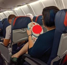 Pasažierka si počas letu nenápadne vyšívala: Keď ale zbadáte ten pikantný odkaz na FOTO!