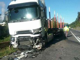 Smrteľná nehoda pri Hybe: Zrazil sa tam kamión s autom, vodič †34) neprežil