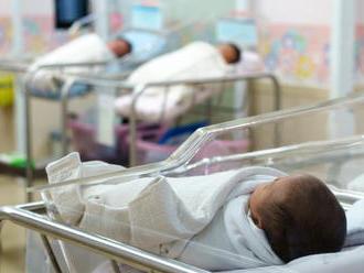 Žena   vyhodila z okna pôrodnice dve bábätká. Jedno bolo jej postihnuté dieťa
