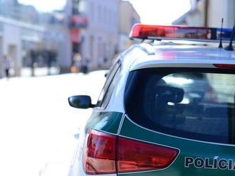 Rovno pod auto vbehol 9-ročný chlapec v Bánovciach nad Bebravou, prebiehal cez cestu
