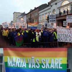 """Nová nádej progresívcov: """"Maria vas skare!"""", držali na dúhovom transparente Rómovia prot"""